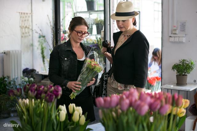 A csajok célja, hogy az emberek meglepjék magukat néha egy csokor virággal, csak úgy.