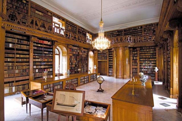 A keszthelyi Festetics kastély könyvtára, a Helikon Könyvtár