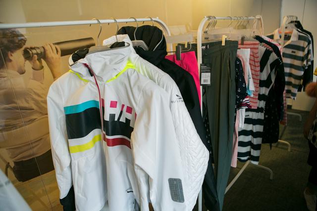A technikai ruházat mellett természetesen kaphatók utcai ruhák is a márkánál.