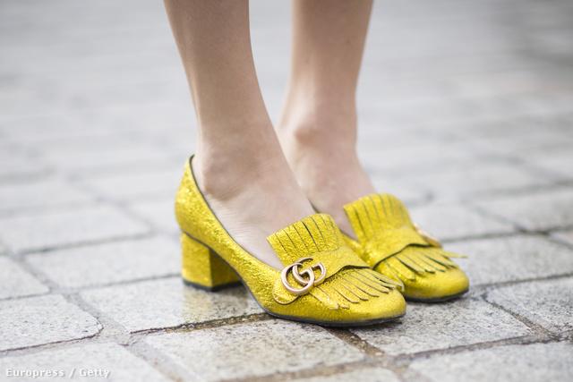 Aranysárga Gucci cipő nagyisarokkal Párizsban.