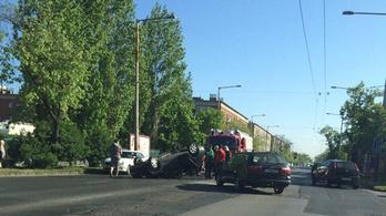 Felborult egy autó a Fogarasi úton, óriási a dugó