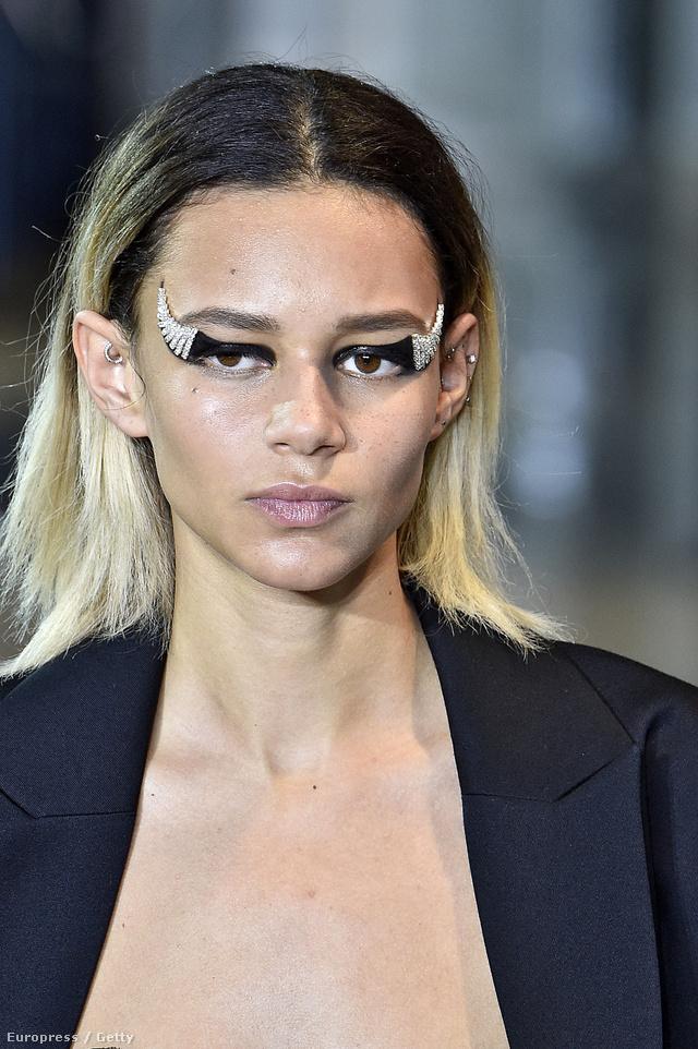 Ékszer-szemek az Anthony Vaccarello modellen Párizsban.