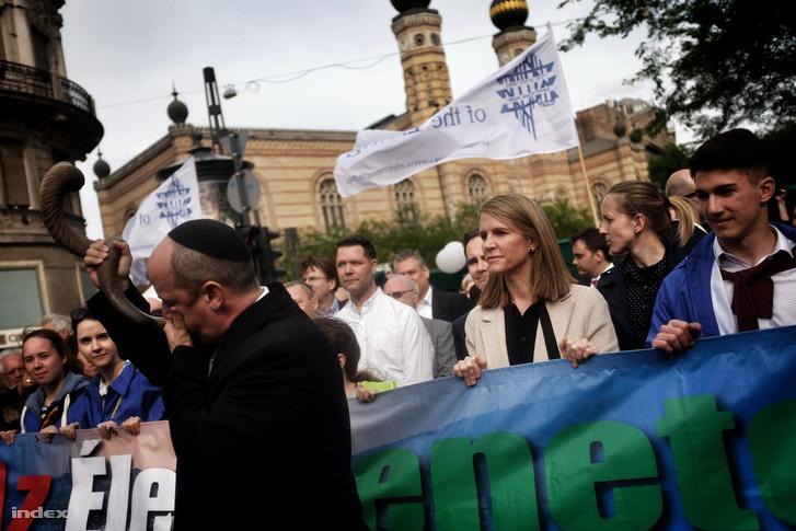 Az Egyesült Államok nagykövete, Colleen Bell is részese a tömegnek