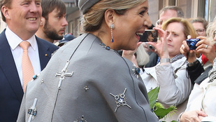 Horogkereszt került volna a holland királyné ruhájára?
