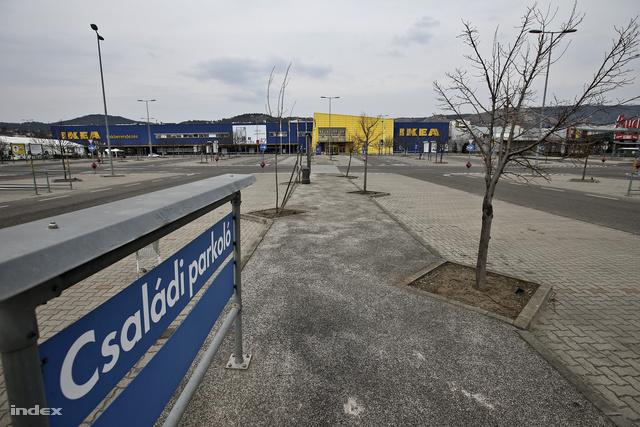 Üres parkoló a budaörsi Ikea előtt, a rendelet életbelépese utáni első vasárnapon