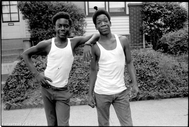 Asszonyverő trikóban pózoló kamaszok 1976-ben New Jersey-ben.