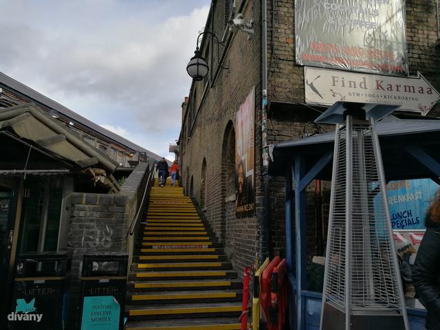 A Camden Town egyik lépcsőjén készült a kép.