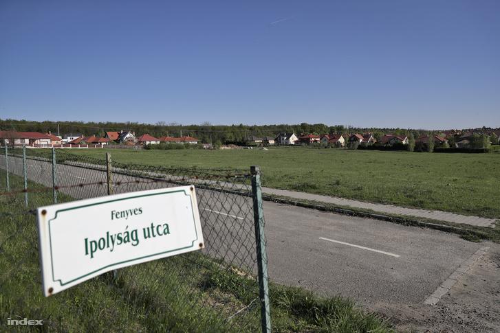 A gödöllői Spar mögötti terület. Az önkormányzat ide tervezte a 33 méteres medencés uszodát