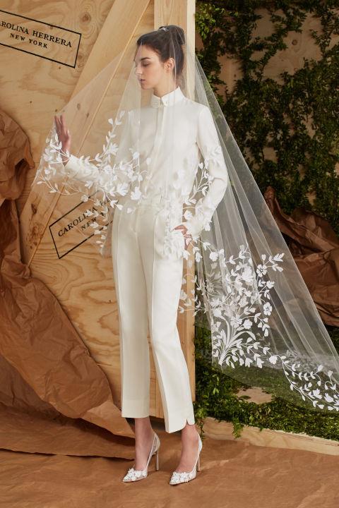 Carolina Herrera mutatta be a szezon egyik legjobb nadrágkosztümös menyasszonyi ruháját.
