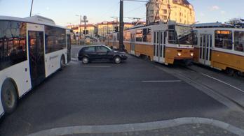 Veszélyes autósbalett a Széll Kálmán téren