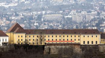 Gigantikus erkélyt építenek Orbánnak a Várba