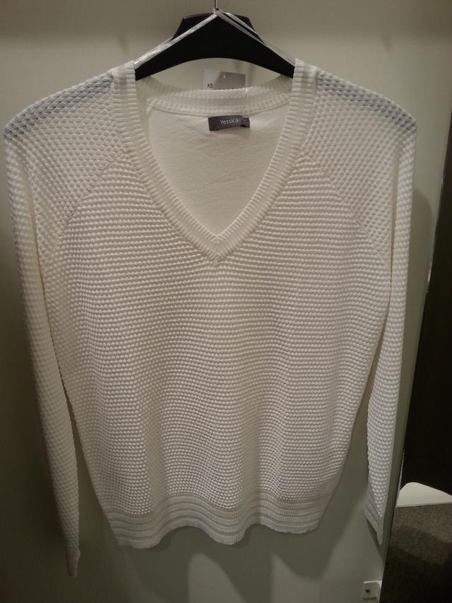 C&A: 4990 helyett 3990 forint a vékony fehér pulóver.