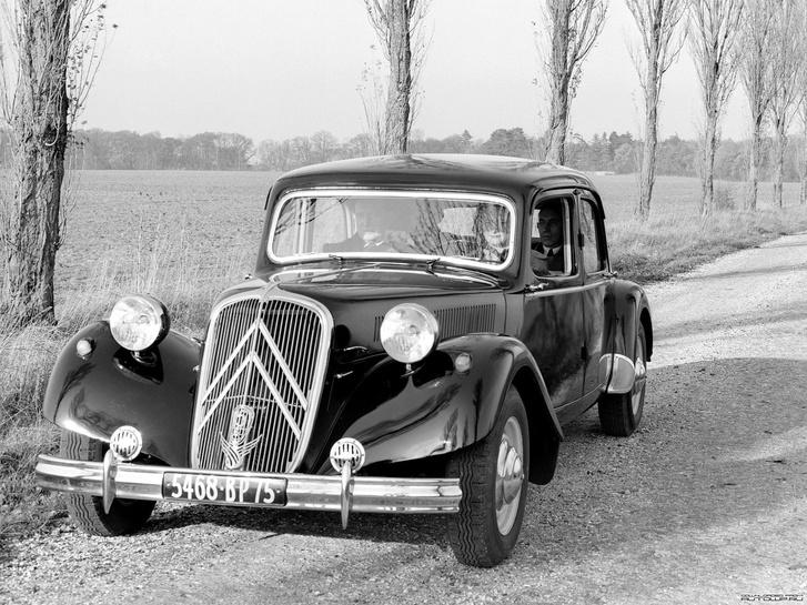 Amivel híres lett az elsőkerékhajtás: Citroen 11 Traction Avant. Tracta-csuklói voltak, ezért óriási fordulóköre is