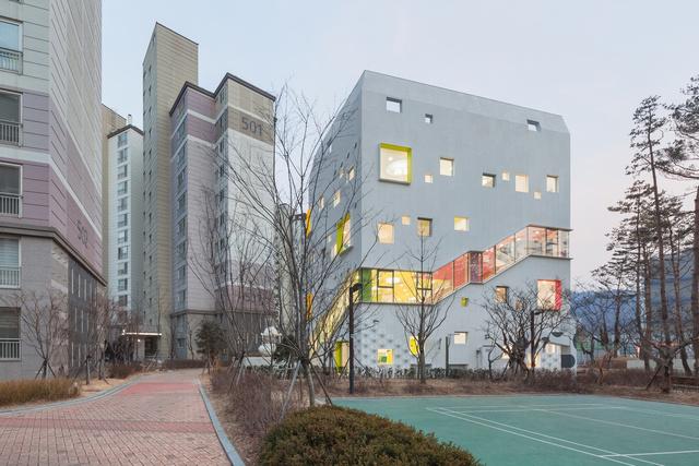 Szöul egyik sűrűn lakott területén található a Jungmin Nam építésziroda által tervezett Óvoda, ezért az építészek célja a tervezés során az volt, hogy egy olyan dinamikus környezetet teremtsenek a gyerekek számára, hogy a homogén környék látnivalói különböző alakzatú ablakokon át jussanak el hozzájuk.