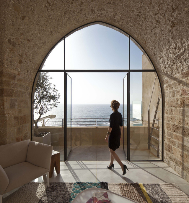 """3. Kikötőre néző ablak Izraelben                         """" A 100 négyzetméteres lakás Jaffa történelmi negyedében található. A hely különlegessége, hogy a kikötő felett található, így fenséges kilátás nyílik a Földközi-tengerre. Elég nehéz meghatározni az épület pontos életkorát, de az mindenki számára egyértelmű, hogy több száz éves lehet. Az évek során sok változáson ment keresztül, de a tervezés során igyekeztünk megőrizni az épület eredeti tereit és minőségét."""" – mondja a felújítást végző Pitsou Kedem Architect építésze."""