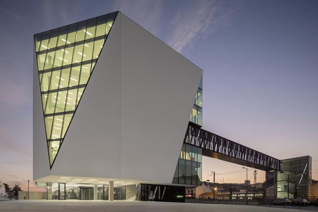 """5. Háromszög ablak a könyvtáron                         A 3200 négyzetméteres városi könyvtárat Miguel Arruda építészirodája tervezte . """" A Vila Franca de Xira Városi Könyvtár a Tejo folyó északi partján található és korábban rizs malom működött a helyén. A tervezés során szakítottunk a formális hagyományokkal és több, a könyvtárhoz kapcsolódó teret hoztunk létre gyerekeknek, de a minden emeleten osztozó háromszög formájú ablakkal ellátott épületben a mai trendeknek megfelelően kávézó és kiállítóterem is található."""