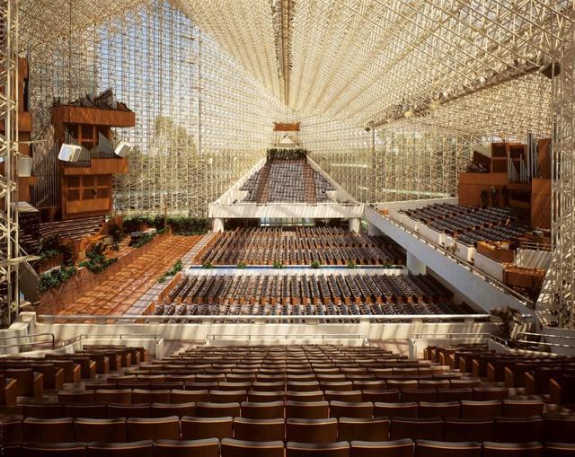 """Az üvegburkolatot kapott épületet az ismert televíziós hittérítő, Robert Schuller megbízásából tervezte Philip Johnson és John Burgee 1980-ban. A Los Angelesben található 3000 férőhelyes """"televízióstúdiót"""" Schuller kifejezetten ilyenre kérte, mert szerinte így az az üzenetet sugallja, hoyg a templom mindenki előtt nyitva áll."""