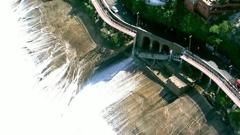 A tengerbe omlott a brazil biciklis híd