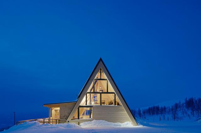 Ebben a svédországi hegyi étteremben az építészek igyekeztek kihangsúlyozni a természet és az épület közötti kapcsolatot, aminek köszönhetően panorámás kilátás nyílik a hegyekre valamint a völgy déli részére is. A 350 négyzetméteres, Björk Hemavanban található épületet a Murman építésziroda tervezte 2015-ben.