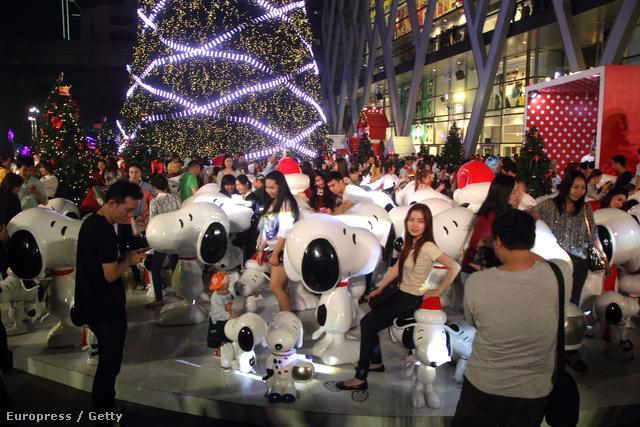 Snoopy mindenhol népszerű: a képen éppen Bangkokban pózolnak vele a helyiek