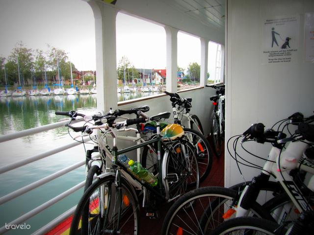 Kerékpárok a Fonyódról Badacsonyba tartó komp fedélzetén
