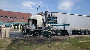 Kigyulladt egy nitrogénpalackokat szállító kamion az M5-ösön