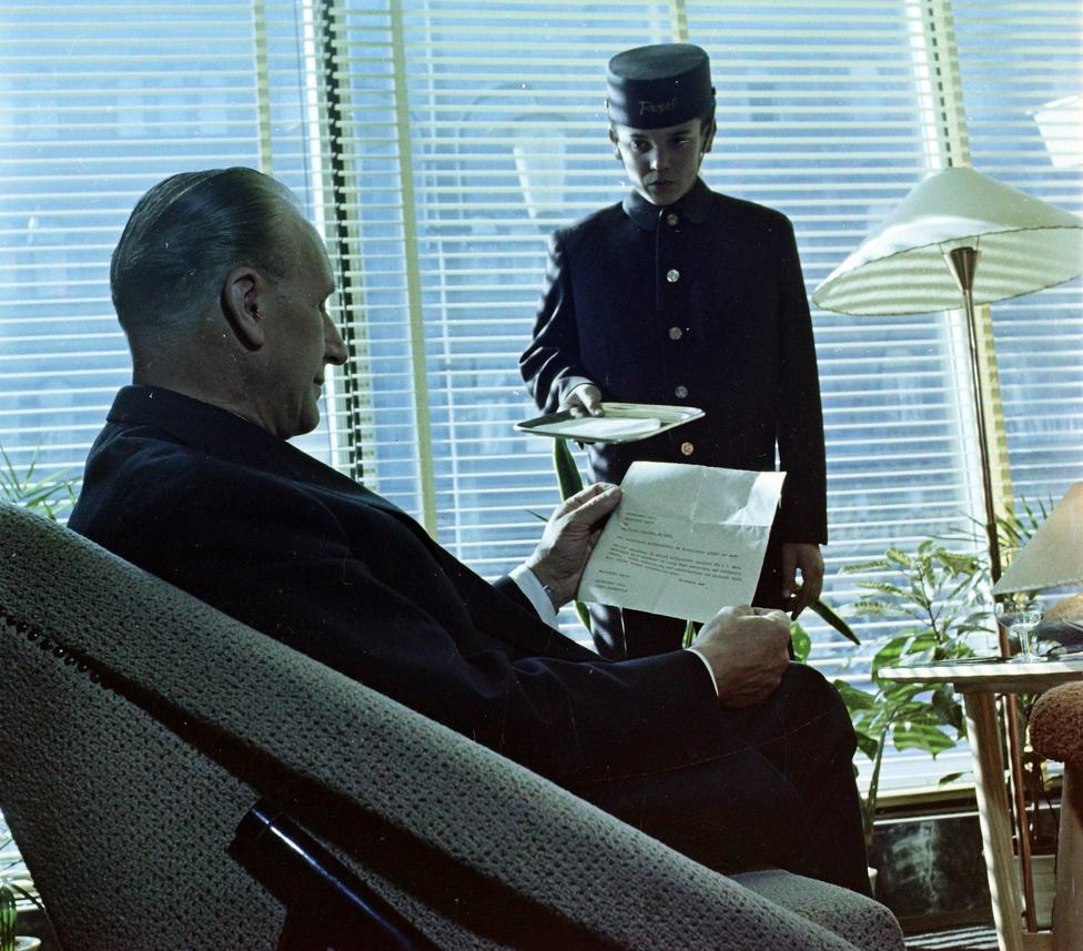Erről a képről elsőre nehéz lenne megmondani mikor és hol készült. A boy sapkáján mindesetre Royal felirat van, amely 1961-ben nyitott újra, s mintha ugyanezt az évszámot lehetne kiolvasnia  táviraton is.