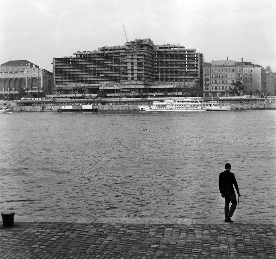 Épül a Hotel Duna Intercontinental, melyet 1969-ben adtak át. Ez volt az első fecske a pesti parton, amit a Fórum és az Atrium-Hyat követett. A budapestiek valószínűleg soha nem bocsájtják meg Fintának, hogy ilyen csúnyán elvette tőlük a Dunát.