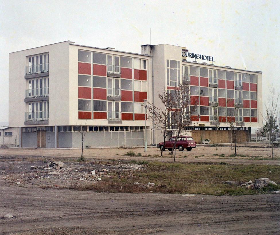 Beindult a Velencei-tó környékének fejlesztése is. Ez itt a vadonatúj Touring Hotel Gárdonyban. A terep még rendezetlen körülötte, viszont az épület csillog villog. Ma már gyönyörű, nagyra nőtt nyárfák veszik körbe, csak épp az épület kopott meg, de nagyon. Még a bordó szín is eltűnt a homlokzatáról.