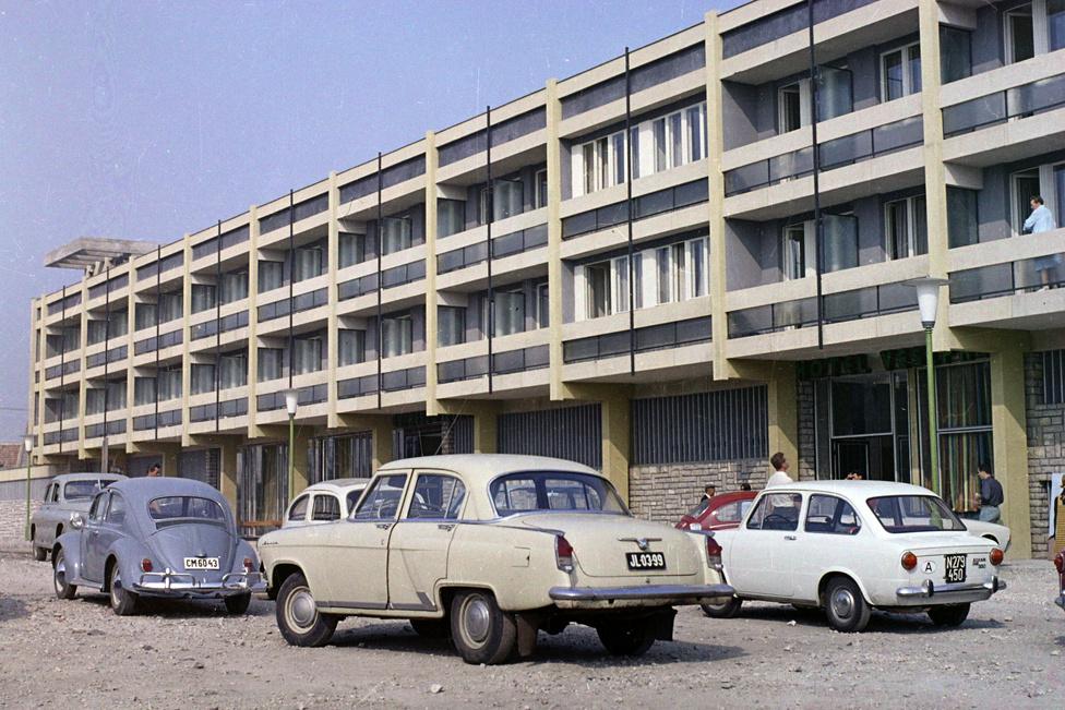 A szállodaépítési lázban minden nagyobb város kapott saját hotelt - a legtöbb egy kaptafára készült. Szinte csak a hosszát és a magasságát változtatták az építőelemes épületeknek. Ez itt a Hotel Veszprém, mely alig egy féléve, kétcsillagos szállodaként zárt be.