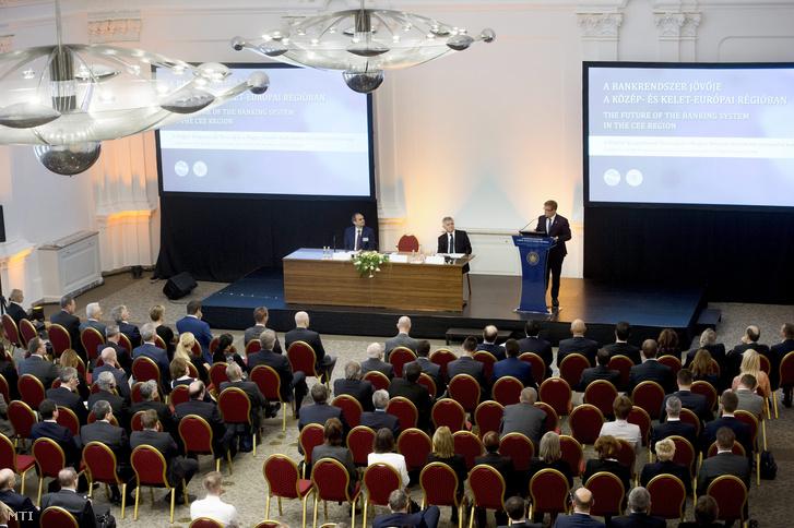Matolcsy György ad elő egy bankrendszer jövőjéről szóló konferencián, 2015-ben.
