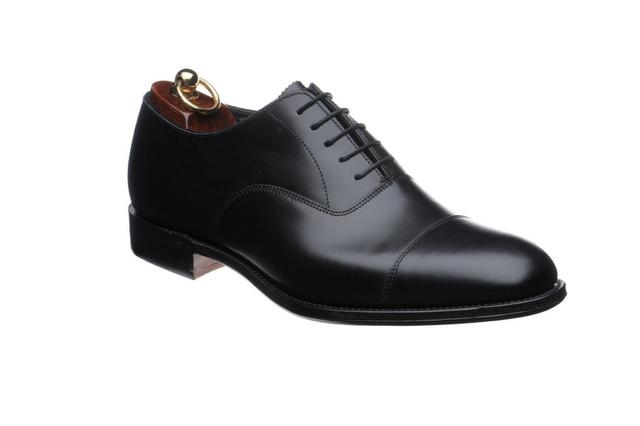 Oxford cipő minden csicsa nélkül: minden férfi ruhatárába kell legalább egy ilyen fekete cipő!