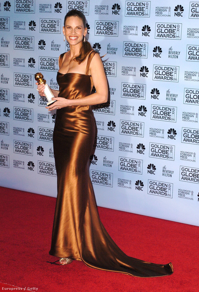 Hillary Swank ebben a Calvin Klein által tervezett barna estélyiben vette át a Millió dolláros bébi című filmért járó Golden Globe-díjat 2005-ben.