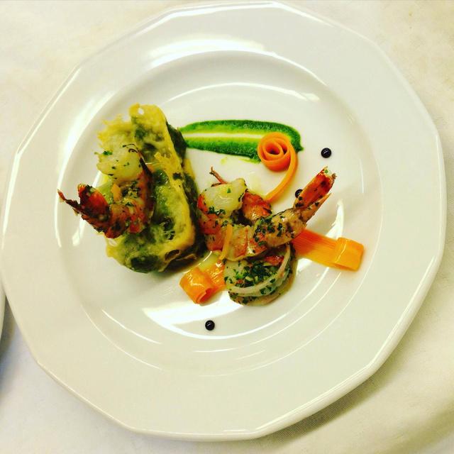 Posírozott óriási laposhal és fokhagymás tigrisgarnéla spenótos gnocchival, zöldségcsigákkal és citrusos mártással.