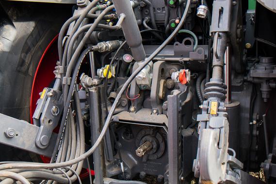 Bármelyik hidraulikus csatlakozóra bármii kivezérelhető