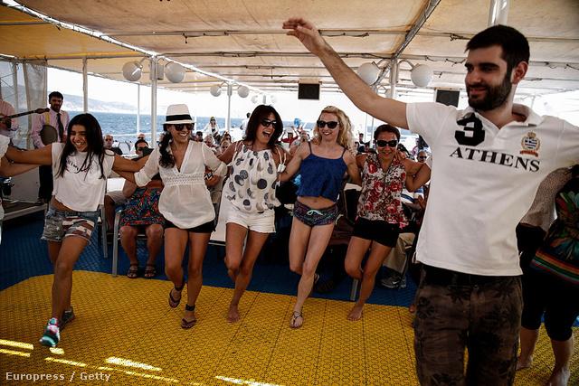 Turisták tanulnak szirtakizni egy hajón