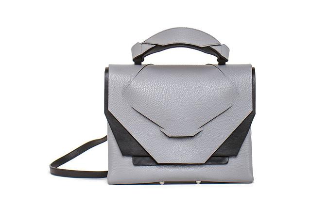 A forma mellett figyel a hordhatóságra is és, hogy funkcióját tekintve tényleg használható legyen az általa tervezett táska.