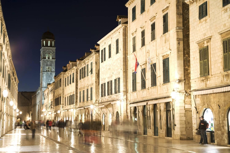Büntetik a fürdőruhás turistákat Dubrovnik óvárosában