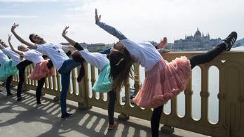 Ismét táncosok lepik el a Margit hidat