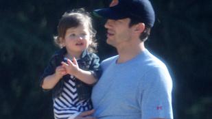 Ashton Kutcher a parkban sétált a lányával