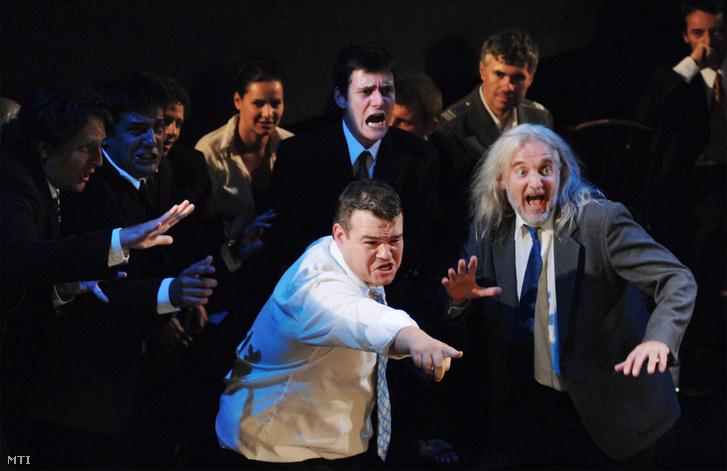 A Krúdy Gyula Kamaraszínpadon a Minden rossz varieté című darab a budapesti Táp Színház előadásában.