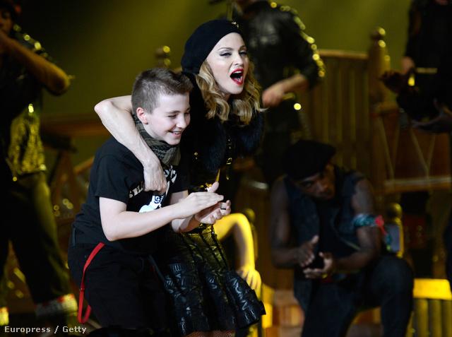 Madonna egy koncertjén fiával 2012-ben
