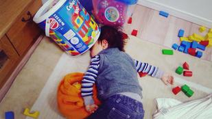 A gyerekek még játékos vödörrel a fejükön is képesek bealudni