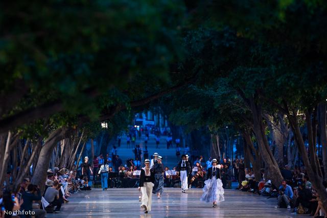Karl Lagerfeld Kubába, pontosabban Havannába vitte a Chanel 2017-es nyaralós – Resort – ruháinak bemutatóját.