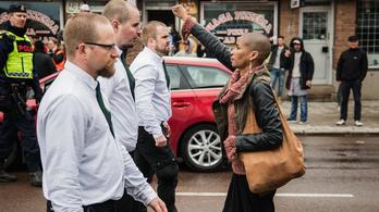 Egy kopasz nő meghekkelte a náci tüntetést