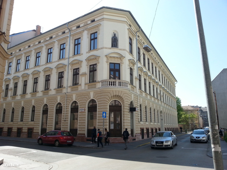 Egy szép példa a Balázs Béla ás a Thaly Kálmán utca sarkán arra, hogyan lehet felújítani egy régi házat. A szembelevő telek amúgy üres