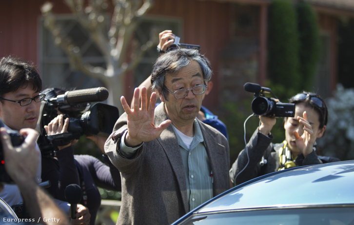 Nakamoto Szatosi 2014-ben riporterek gyűrüjében.