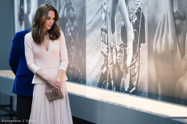 A hercegné a galériában elbeszélgetett a fotóssal is, Josh Olinsszal, aki megdicsérte, hogy remek modell volt, mivel a képeken egyáltalán nem jön át, hogy a januári hidegben készültek.