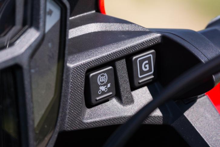 Az ABS kikapcsolására is van mód, a G-gombbal pedig közvetlenebb motorreakciókat és rövidebb kuplungcsúsztatást kapunk