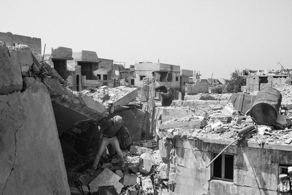 Kobanî romjai 2015 áprilisában. Fél év alatt a szövetséges és a kurd erők kiszorították az Iszlám Állam katonáit a szíriai városból. Fokozatosan el kezdtek visszatérni a helyiek, hogy a romokon új életet kezdjenek.